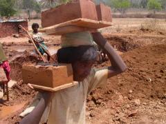 インドのレンガ工場で働く少年